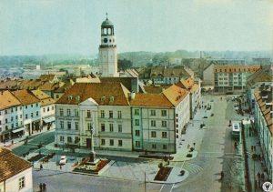 Widok na Ratusz z wieży Bazyliki Mniejszej rok 1969 ( zdjęcie ze strony polska-org.pl)